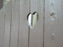 Il cuore incide un recinto di legno immagine stock libera da diritti