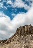 Il cuore reale ha modellato la nuvola nel cielo sopra le alte montagne rocciose Fotografia Stock