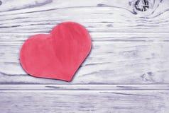 Il cuore rosa sui precedenti ha tinto le plance di legno Fotografia Stock Libera da Diritti