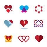 Il cuore rosso differente modella l'icona di logo del fiore di simbolo di amore della donna Immagini Stock