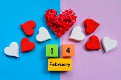 Il cuore rosso e bianco di legno handcraft il tema del giorno del ` s del biglietto di S. Valentino Fotografie Stock Libere da Diritti