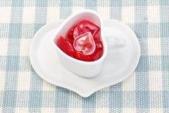 Il cuore rosso e dentellare ed il cuore hanno modellato la tazza di caffè Fotografia Stock
