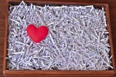 Il cuore rosso ha messo la carta sopra tagliuzzata in scatola di legno Fotografia Stock Libera da Diritti