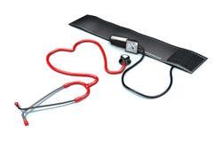 Il cuore rosso ha modellato lo stetoscopio con il polsino di pressione sanguigna Fotografia Stock
