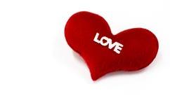 Il cuore rosso su fondo bianco, cuore ha modellato, il giorno di biglietti di S. Valentino concentrato Fotografia Stock