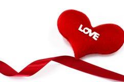 Il cuore rosso su fondo bianco, cuore ha modellato, il giorno di biglietti di S. Valentino concentrato Immagini Stock Libere da Diritti