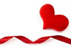 Il cuore rosso su fondo bianco, cuore ha modellato, il giorno di biglietti di S. Valentino concentrato immagine stock libera da diritti