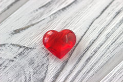 Il cuore rosso sul gray ha dipinto il fondo di legno Fotografia Stock Libera da Diritti