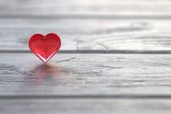 Il cuore rosso sul gray ha dipinto il fondo di legno Immagini Stock Libere da Diritti
