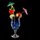 Il curacao blu Coctail fresco isolato sul nero Immagini Stock