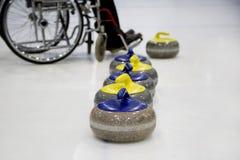 Il curling in carrozzina d'arricciatura paralimpico di addestramento Immagini Stock