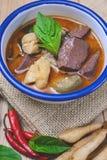 Il curry tailandese di verde del pollo su fondo di legno e l'annata tonificano, Th Fotografia Stock Libera da Diritti