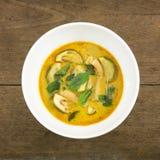 Il curry verde tailandese casalingo delizioso con carne di maiale (gruppo Keaw pallido) in ciotola bianca Fotografia Stock