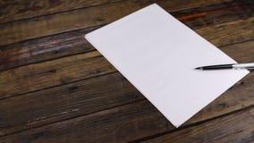 Il cursore ha sparato, penna che si trova su un foglio di carta pulito, con lo spazio della copia video d archivio