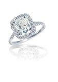Il cuscino brillante moderno ha tagliato l'anello di diamante di stile di alone Fotografie Stock