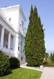Il Cypress vicino al palazzo fotografia stock libera da diritti