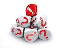Il dado del punto esclamativo rosso sopra il punto interrogativo bianco taglia la st a cubetti Immagine Stock