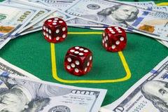 Il dado rotola sui soldi delle banconote in dollari Tavola verde della mazza al casinò Concetto del gioco del poker Giocando con  Fotografia Stock Libera da Diritti