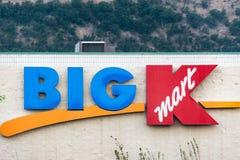 IL DALLES, OREGON: Segno per una grande vendita al dettaglio di K Kmart Kmart, di proprietà dalle tenute delle bruciature, sta ch immagini stock