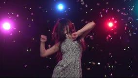 Il dancing castana della donna nello stile anteriore della discoteca si accende Movimento lento stock footage
