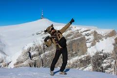 Il dancing dell'uomo sulla montagna superiora il cielo è il limite fotografia stock