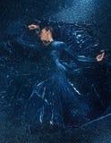 Il dancing moderno bello giovane del ballerino al di sotto delle gocce di acqua Immagine Stock Libera da Diritti
