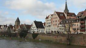 Il Danubio, argine e città Ulm, Baden-Wruttemberg, Germania stock footage