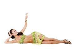 Il danzatore di pancia si trova sul pavimento Immagini Stock