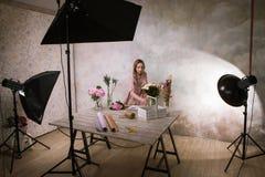 Il decoratore fa il mazzo del fiore allo studio Immagine Stock