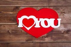 il ` del ` di parole ti amo su un fondo di legno Cuori di giorno di Valentin Scheda di giorno del biglietto di S Fotografia Stock Libera da Diritti