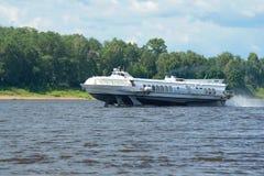 Il ` del ` Meteor-218 dell'aliscafo sul fiume Volga un giorno di estate immagini stock