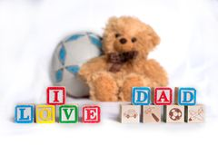 Il ` del papà di amore del ` I è stato fatto dai cubi dei bambini con le lettere variopinte L'orso farcito del giocattolo e la pa immagini stock