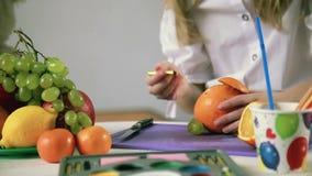Il delatt delle mani della ragazza ha fatto dalla frutta e dalle verdure archivi video