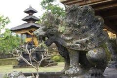 Il demone tradizionale custodice la statua nell'isola di Bali del tempio di Pura Besakih Religione fotografia stock