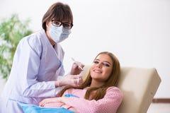 Il dentista di visita paziente della donna per il controllo generale regolare Fotografia Stock Libera da Diritti