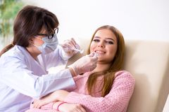 Il dentista di visita paziente della donna per il controllo generale regolare Fotografia Stock