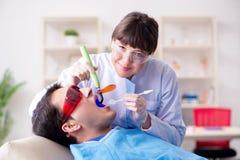Il dentista di visita paziente per il controllo generale ed il riempimento regolari Immagine Stock