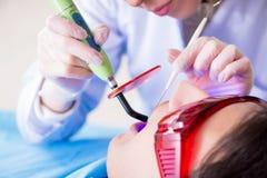 Il dentista di visita paziente per il controllo generale ed il riempimento regolari Immagini Stock Libere da Diritti