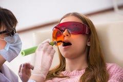 Il dentista di visita paziente per il controllo generale ed il riempimento regolari Immagini Stock