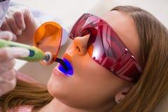 Il dentista di visita paziente per il controllo generale ed il riempimento regolari Fotografia Stock