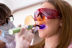 Il dentista di visita paziente per il controllo generale ed il riempimento regolari Fotografie Stock