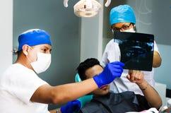 Il dentista Doctor tiene nelle mani dell'immagine dei raggi x della mandibola umana fotografia stock libera da diritti
