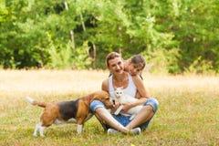Il derivato e sua madre stanno sorridendo mentre posavano con i loro animali domestici immagini stock libere da diritti