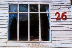 Il des fenêtres ont les murs en bois blancs Photos libres de droits