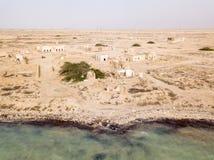 Il deserto alla costa del golfo persico, Ruined ha abbandonato la città Al Jumail, Qatar fotografia stock