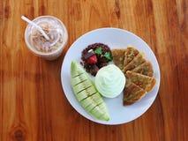 Il deserto con la frutta del melone al tempo del caffè sul melone di legno Fotografia Stock