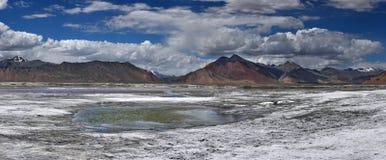 Il deserto del sale dell'alta montagna con il piccolo lago blu fra bianco sporca, nelle montagne di rosa del fondo, Ladakh, l'Him Fotografia Stock