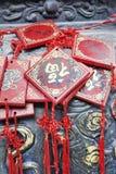 Il desiderio decorato carda l'attaccatura su uno scaffale ad un tempio buddista, Pechino, Cina Fotografia Stock