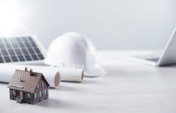 Il desktop del tecnico delle strutture con il pannello solare Immagini Stock