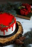 Il dessert casalingo tradizionale di festa del dolce di natale con il mirtillo rosso e il rozmarine nel telaio delle decorazioni  Immagine Stock